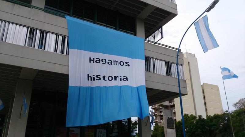 La ciudad se adorna con banderas argentinas