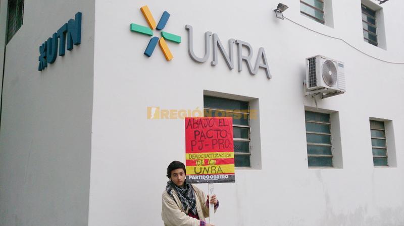 Protesta de alumnos de la UNRA por la designación de un nuevo Rector
