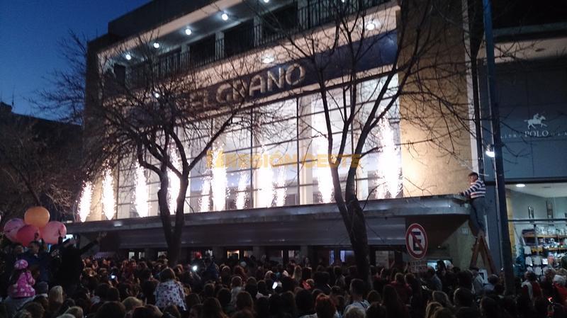 El Cine Belgrano iluminado por una hilera de fuegos artificiales
