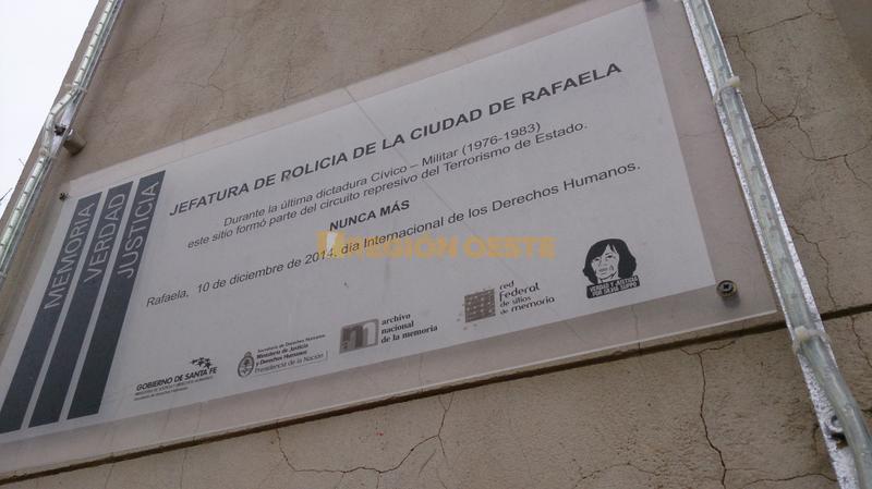 Placa alusiva a la última dictadura militar en el frente del edificio de la Jefatura