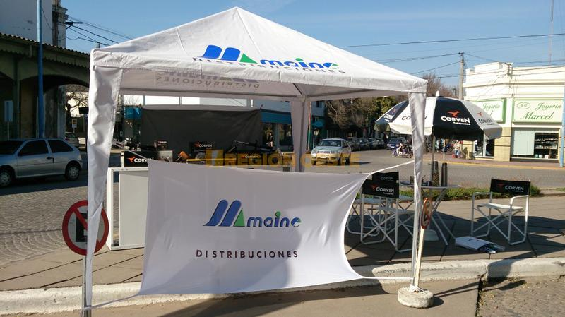 Stand de Maine Distribuciones en la Plaza 25 de Mayo de Rafaela