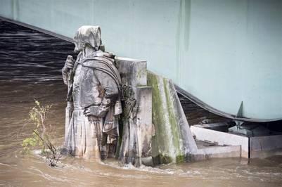 La estatua Le Zouave (El Zuavo) cubierta de agua hasta la mitad por la crecida del río Sena. EFE