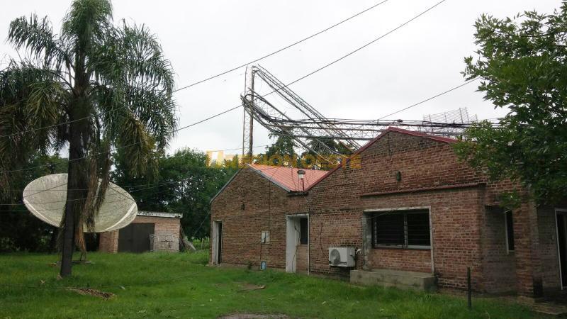 Torre derribada sobre el edificio de Tele Región