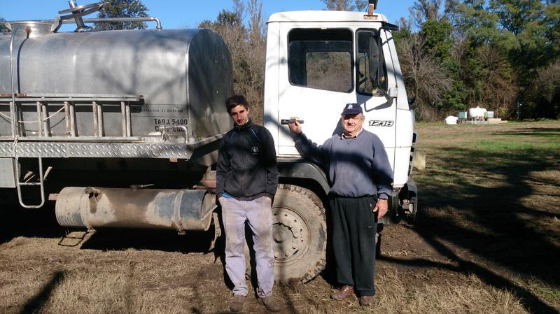 Colaboradores cargando agua en la planta potabilizadora