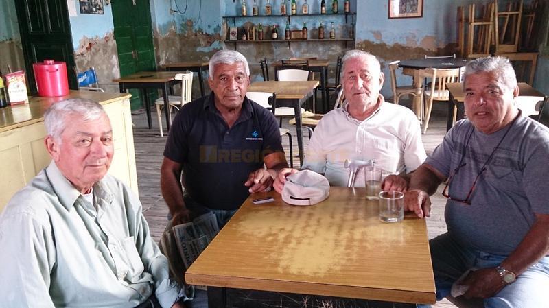 """Raúl Pérez con amigos en el Bar """"Los Santiagueños"""""""