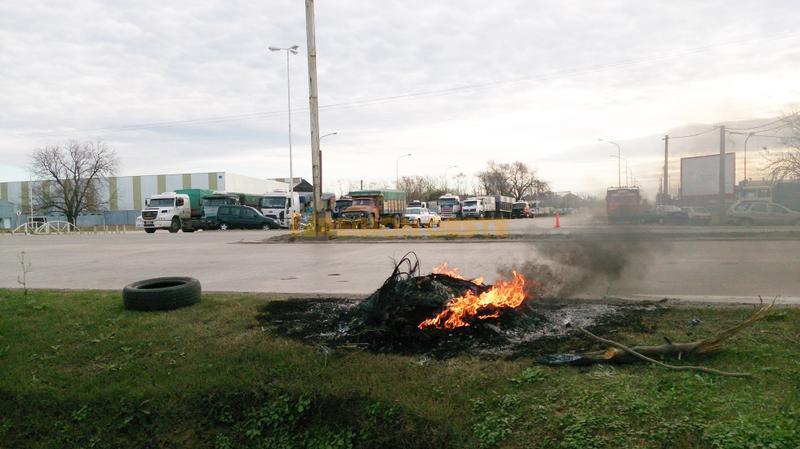 Protesta del transporte de cereales frente a la ruta nacional nº 34 en la ciudad de Rafaela