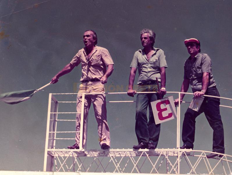Ero Borgogno agitando la bandera en las 300 Indy de Rafaela