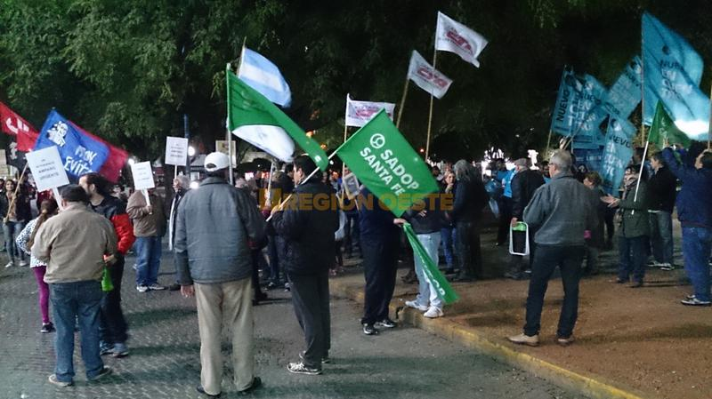 Organizaciones sindicales, políticas y de derechos humanos protestaron en la Plaza 25 de Mayo