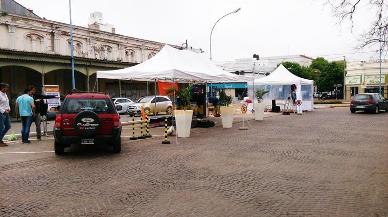 Stand de LONG Automotores en el centro de Rafaela