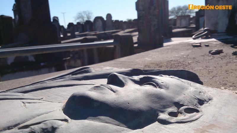 Rostro fundido sobre una tumba judía