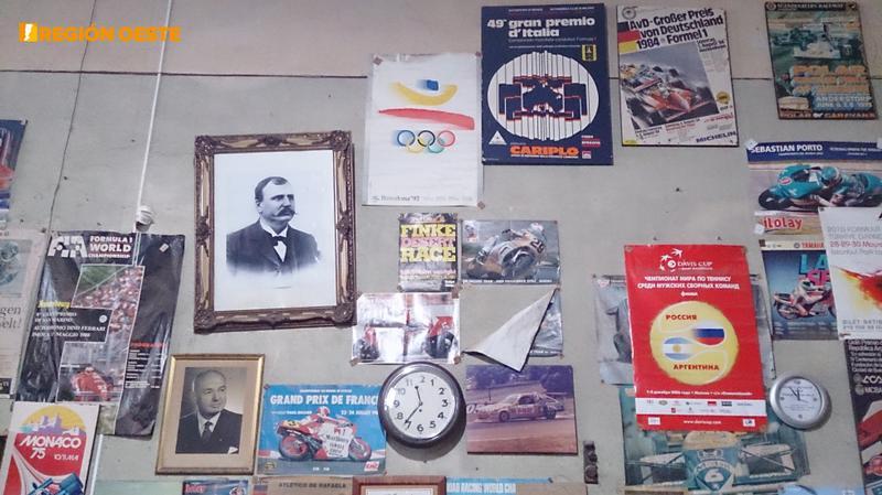 El paredón del tiempo Los relojes siguen su curso, mientras los afiches en la pared se quedan en el tiempo