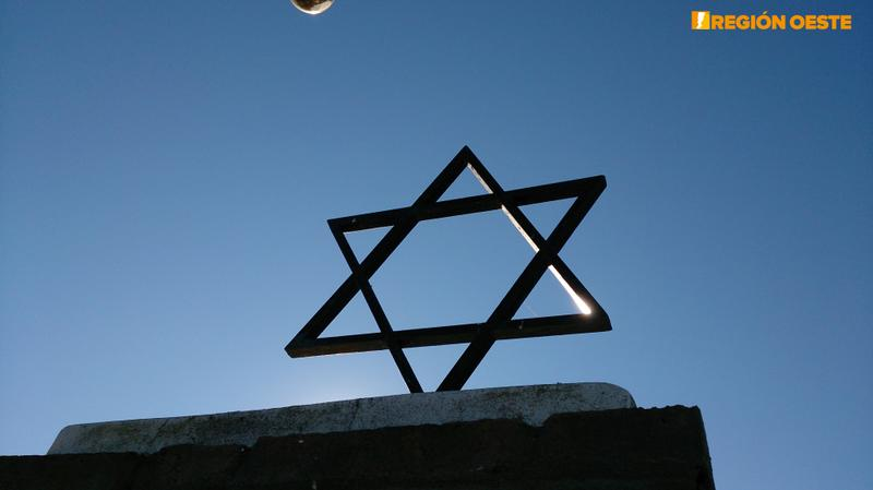 La Estrella de David se erige sobre muchas de las tumbas