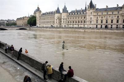 Por la crecida del Sena, tanto el Louvre como el museo de Orsay cerraron sus puertas.  AP