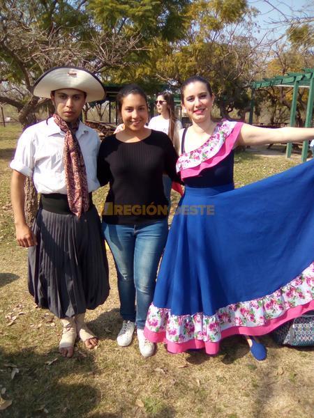 Isabel en Santa Fe junto a los típicos Gauchos Argentinos