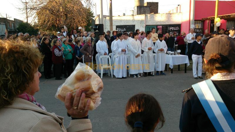 La gente llevó sus panes para ser bendecidos