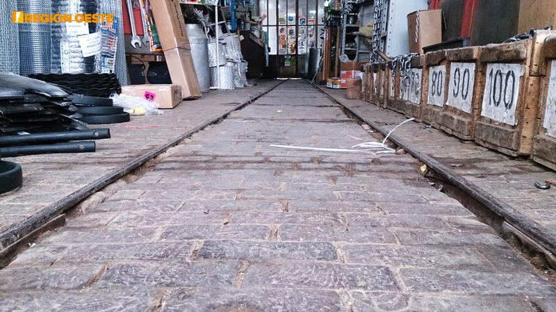 un avance tecnológico de la época eran las vías del ferroclarril, aquí utilizadas para transportar mercadería de un lado a otro del local