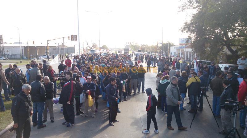 Una multitud se acercó al lugar esperando recibir una caja de leche